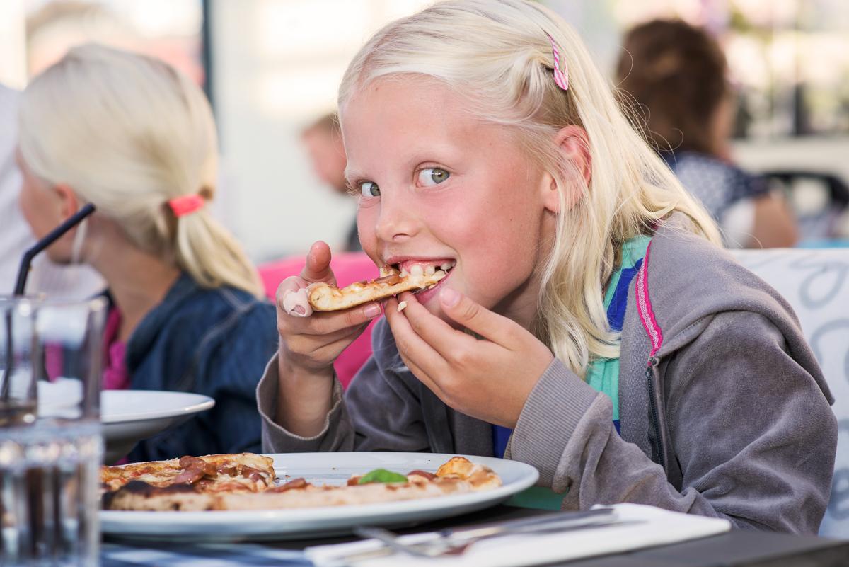 Jente spiser på Pakkhuset i Larvik